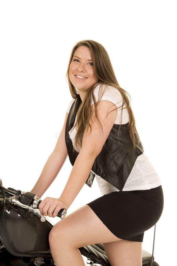 Sonrisa del soporte de la falda de la motocicleta del chaleco del negro de la mujer imagenes de archivo