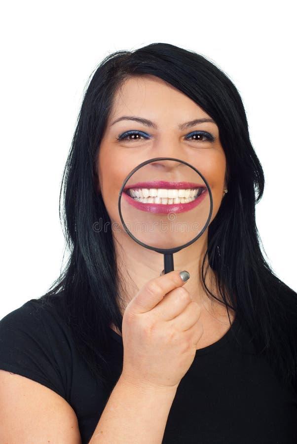 Sonrisa dentuda blanca grande