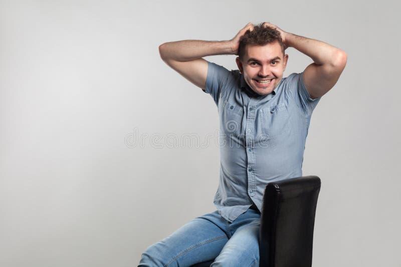Sonrisa dentuda del hombre de la felicidad en la cámara fotografía de archivo libre de regalías