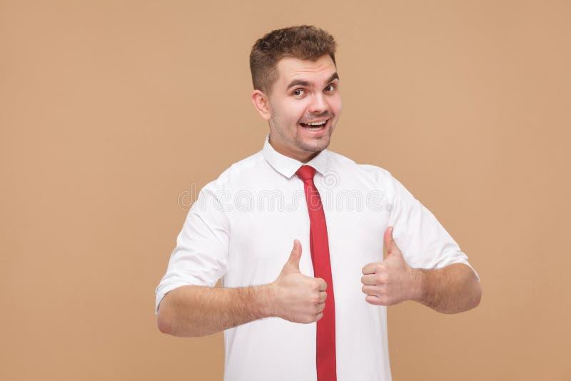 Sonrisa dentuda del hombre de negocios del éxito y el mostrar como muestra imágenes de archivo libres de regalías