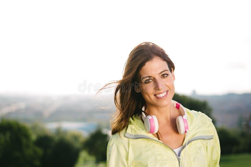 Sonrisa deportiva de la mujer fotografía de archivo