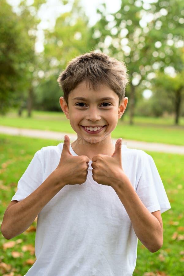 Sonrisa divertida del muchacho fotografía de archivo libre de regalías