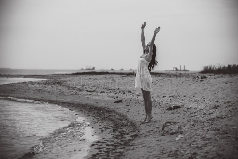 Sonrisa emocionada feliz de la mujer en la playa foto de archivo libre de regalías