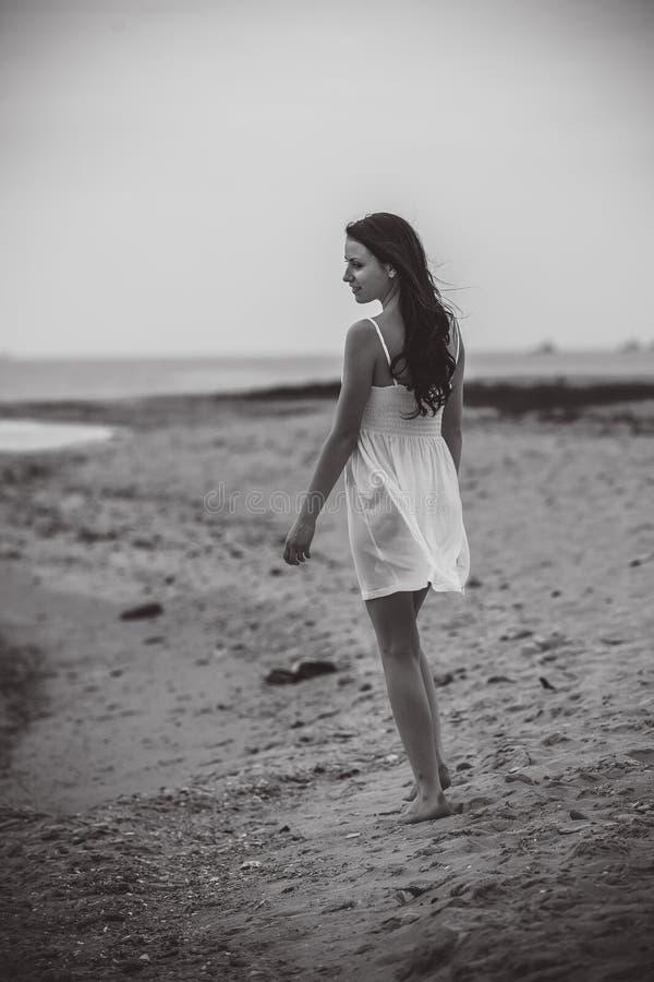 Sonrisa emocionada feliz de la mujer en la playa imagen de archivo libre de regalías