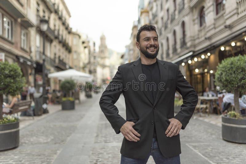 Sonrisa en el hombre del traje de la ciudad foto de archivo