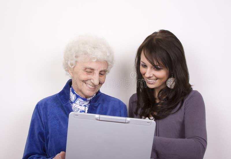 Sonrisa en el ordenador imagen de archivo libre de regalías