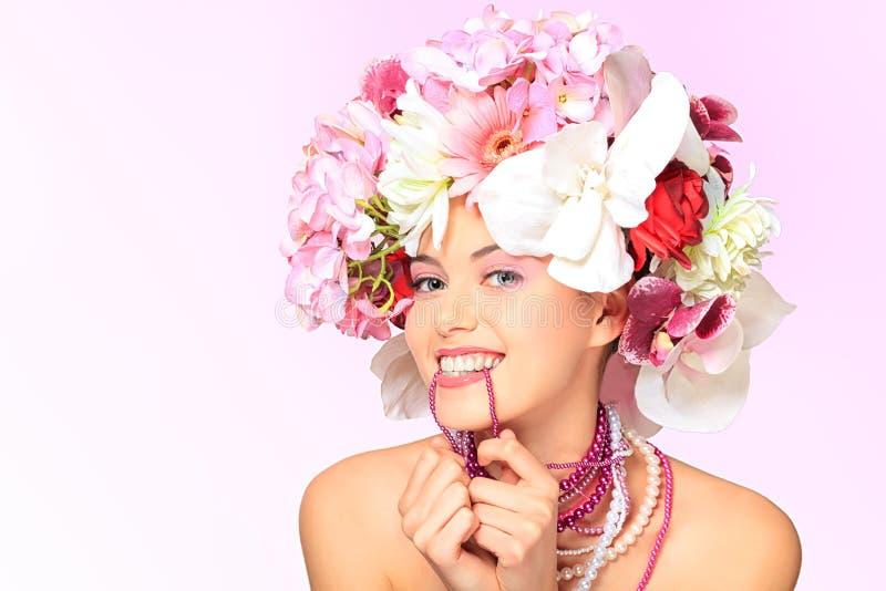 Sonrisa en flores fotos de archivo