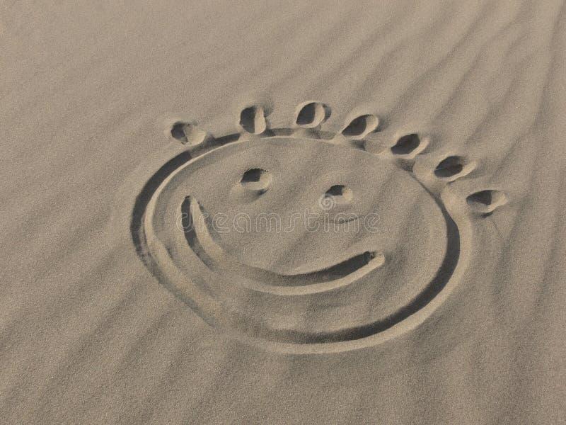 Sonrisa en la arena imágenes de archivo libres de regalías