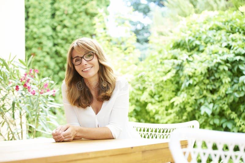 Sonrisa envejecida centro hermoso de la mujer imagen de archivo libre de regalías