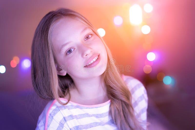 Sonrisa exuberante y ella de la muchacha ojos que brillan fotografía de archivo