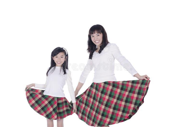 Sonrisa feliz de la madre y de la hija foto de archivo