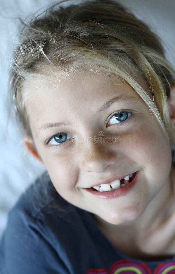 Sonrisa feliz de la muchacha imágenes de archivo libres de regalías
