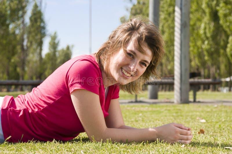 Sonrisa feliz de la muchacha fotografía de archivo