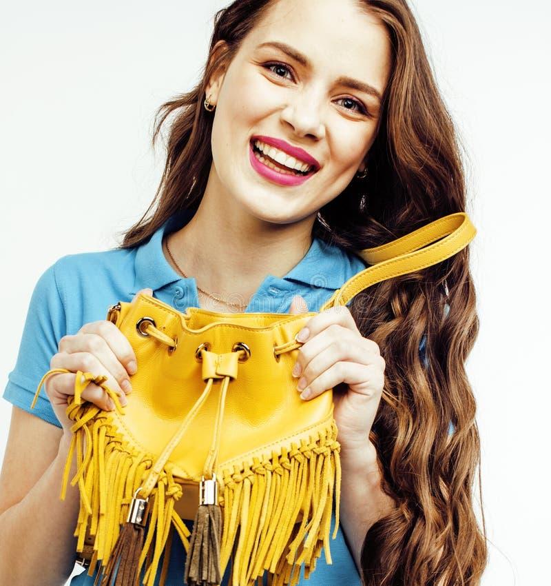 Sonrisa feliz de la mujer bastante larga del pelo de los jóvenes aislada en el fondo blanco, bolso minúsculo lindo que lleva, gen foto de archivo