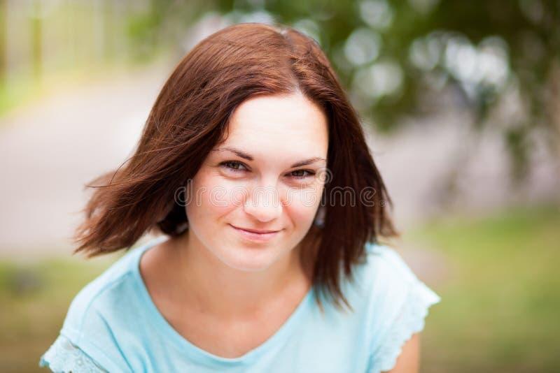 Sonrisa feliz de la mujer joven al aire libre en día de verano soleado imagenes de archivo