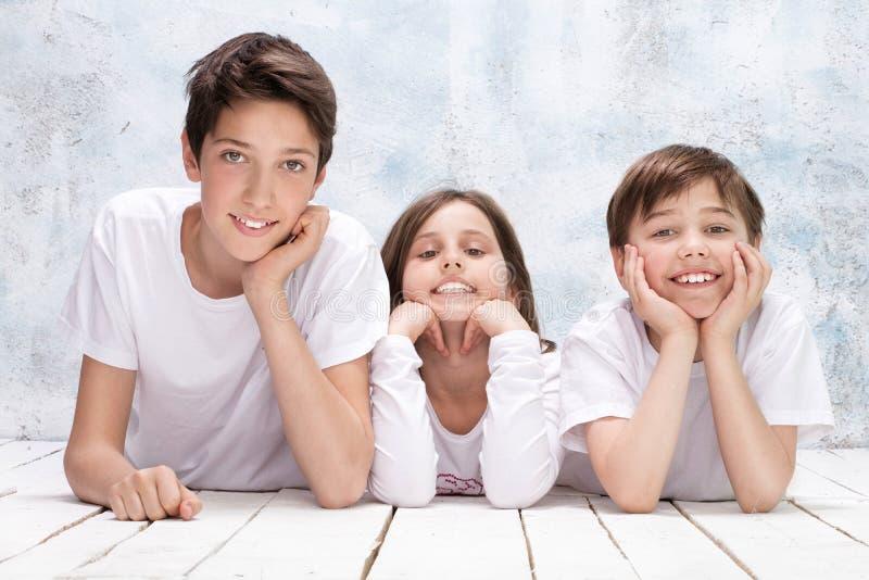 Sonrisa feliz de los niños fotos de archivo