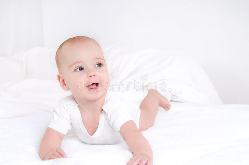 Sonrisa feliz de mentira del bebé infantil del niño en la manta imágenes de archivo libres de regalías