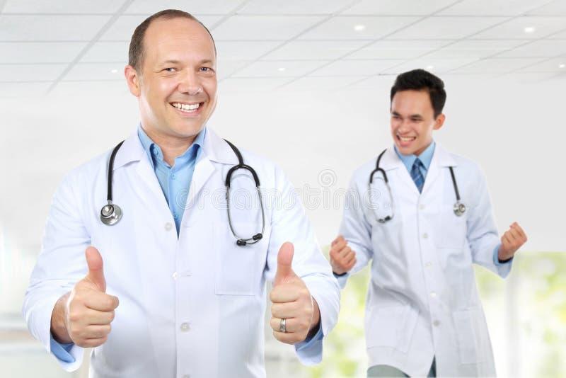 Sonrisa feliz del doctor del equipo médico emocionada imagen de archivo libre de regalías
