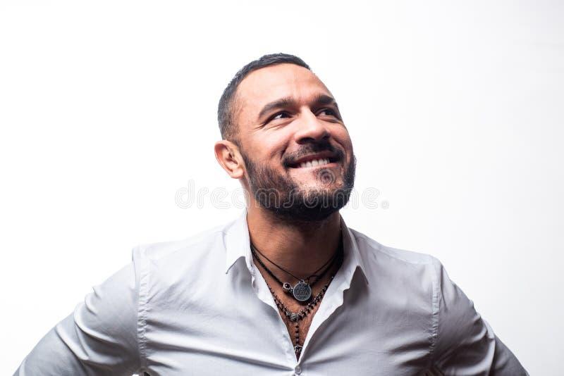 Sonrisa feliz del hombre Aislado en blanco Carisma de la confianza cuidado de la barba del hombre sin afeitar hombre machista en  imagen de archivo libre de regalías