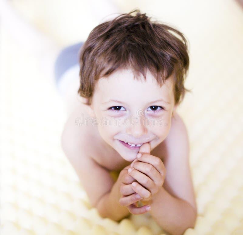 Sonrisa feliz del niño pequeño, contra el fondo blanco aislado, concepto de la gente de la forma de vida fotografía de archivo libre de regalías
