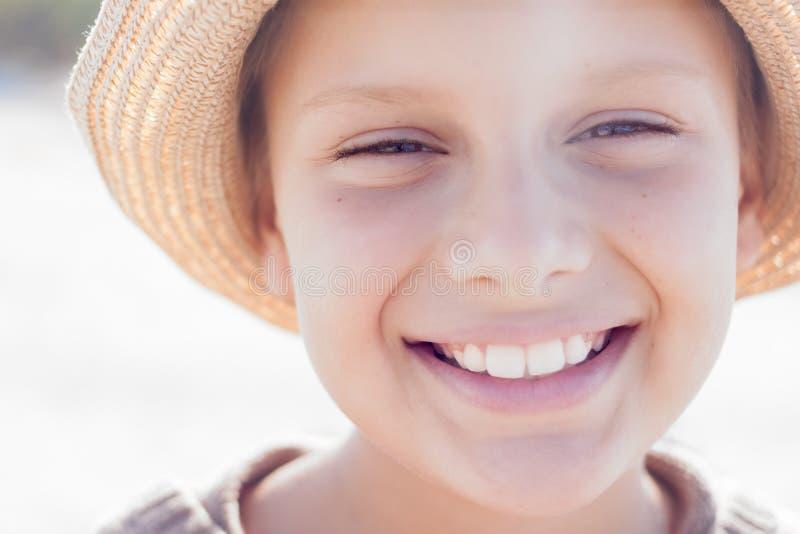 Sonrisa feliz linda del sombrero de paja del niño fotografía de archivo libre de regalías