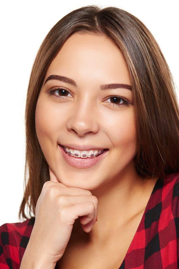 Sonrisa femenina adolescente con los apoyos en sus dientes imágenes de archivo libres de regalías