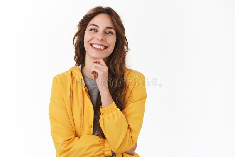 Sonrisa femenina feliz joven acertada del freelancer encantada para disfrutar de viaje personal de la cosecha de las vacaciones d foto de archivo libre de regalías