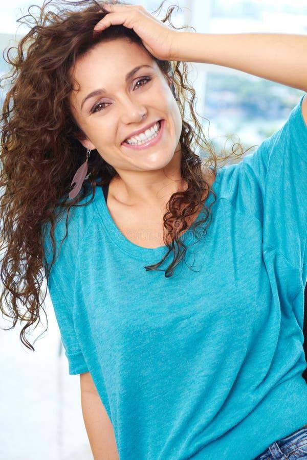 Sonrisa femenina hermosa joven feliz imagen de archivo libre de regalías