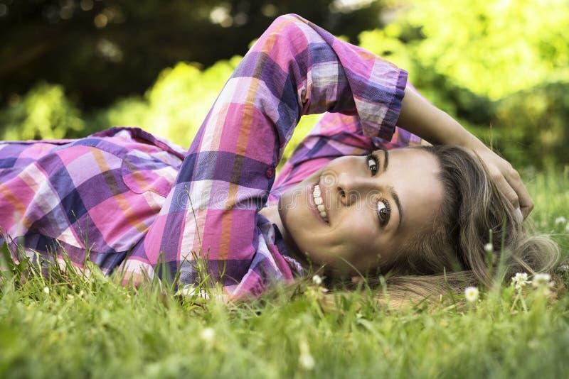 Sonrisa femenina joven hermosa fotografía de archivo libre de regalías