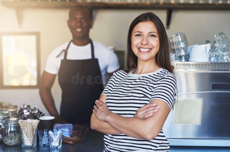 Sonrisa femenina joven y presentación en café imágenes de archivo libres de regalías