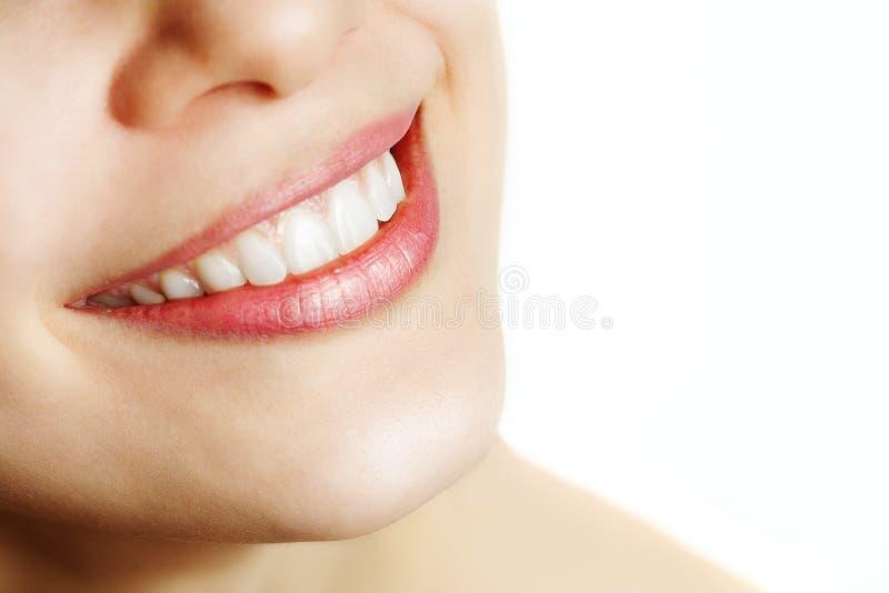 Sonrisa fresca de la mujer con los dientes sanos imágenes de archivo libres de regalías