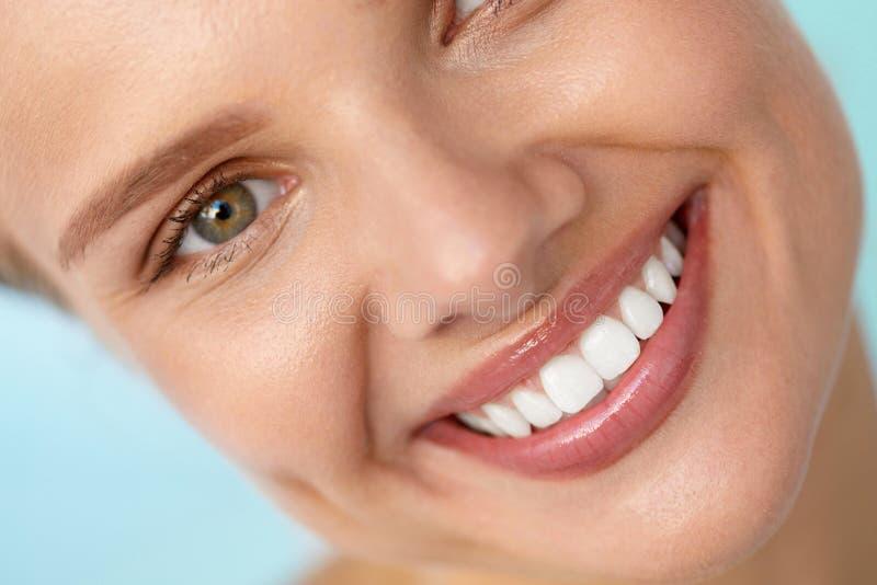 Sonrisa hermosa Cara sonriente de la mujer con los dientes blancos, labios llenos fotos de archivo