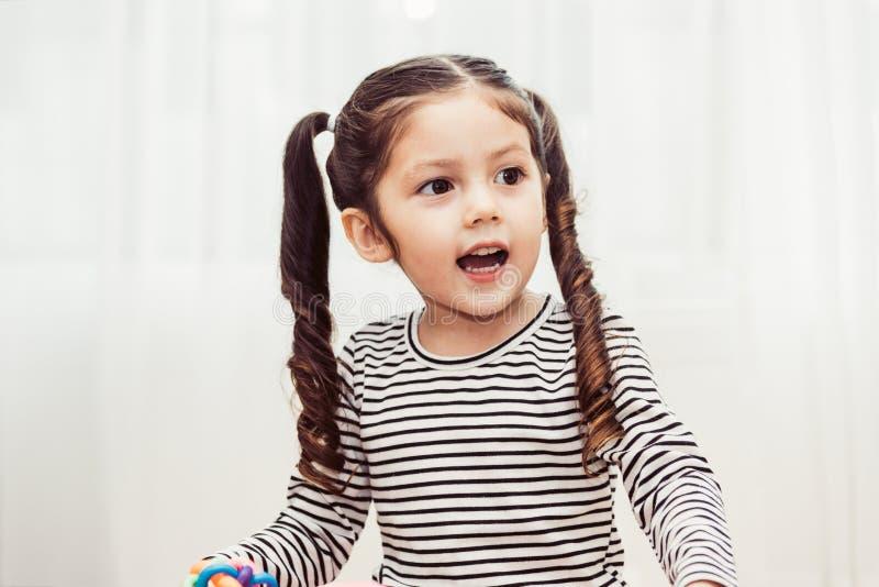 Sonrisa hermosa de la guardería del bebé imagenes de archivo