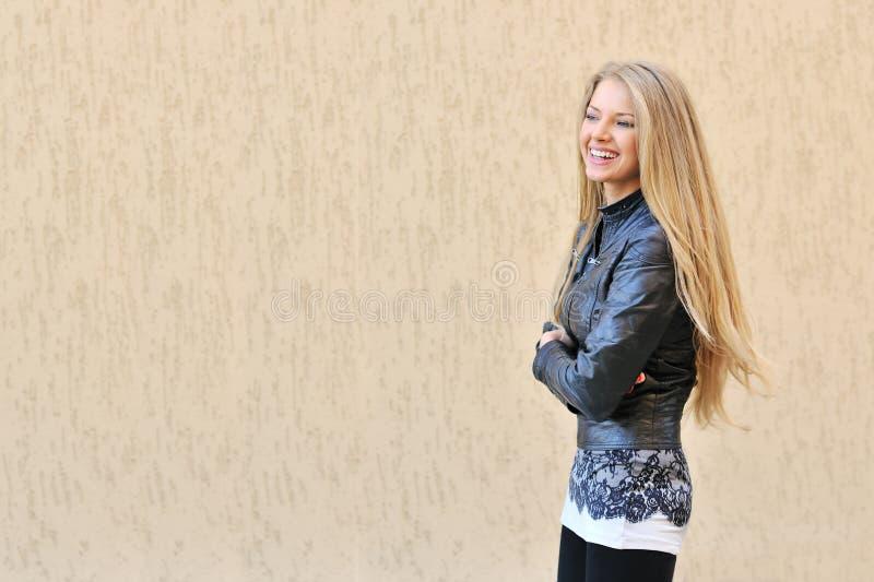 Sonrisa hermosa de la muchacha fotos de archivo libres de regalías