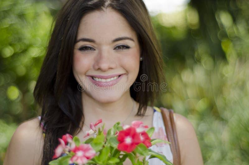 Sonrisa hermosa de la muchacha imágenes de archivo libres de regalías