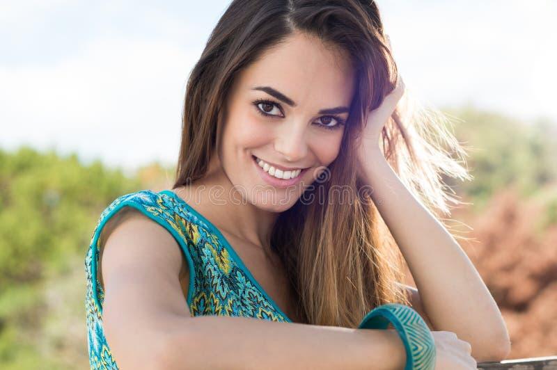 Sonrisa hermosa de la muchacha foto de archivo