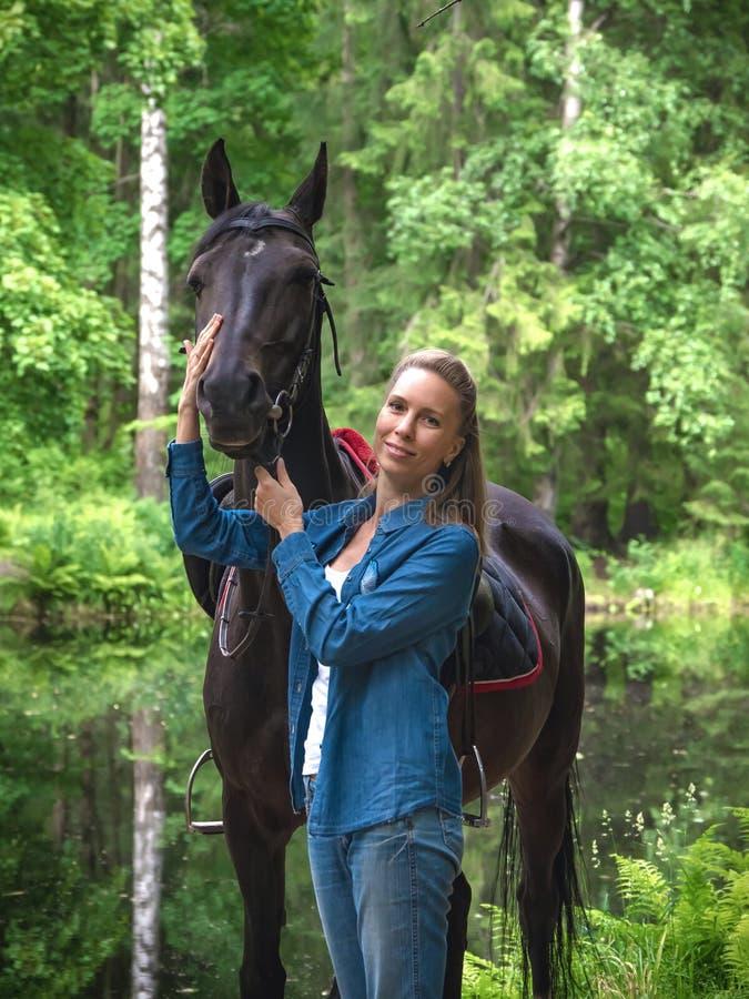 Sonrisa hermosa de la muchacha en su caballo Retrato del aire libre en parque verde imágenes de archivo libres de regalías