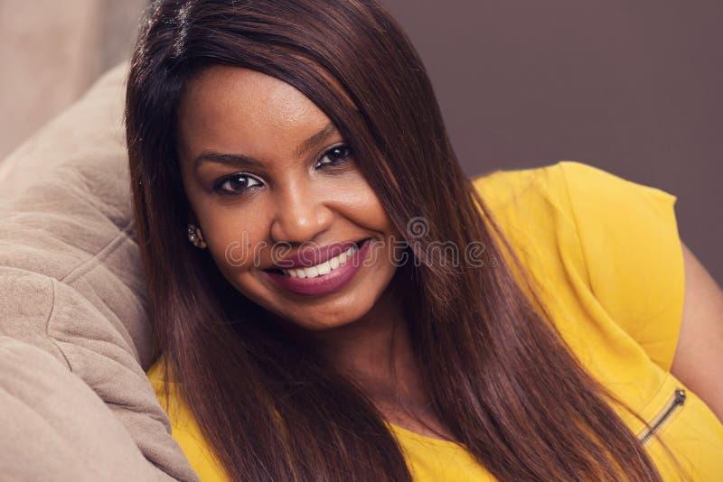 Sonrisa hermosa de la mujer joven fotos de archivo libres de regalías