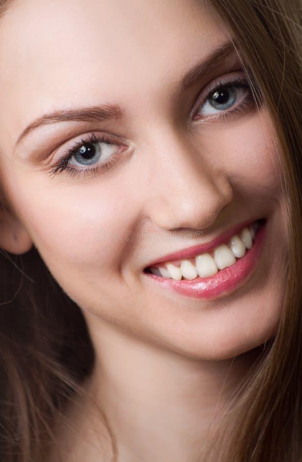 Sonrisa hermosa de la mujer joven. fotografía de archivo libre de regalías