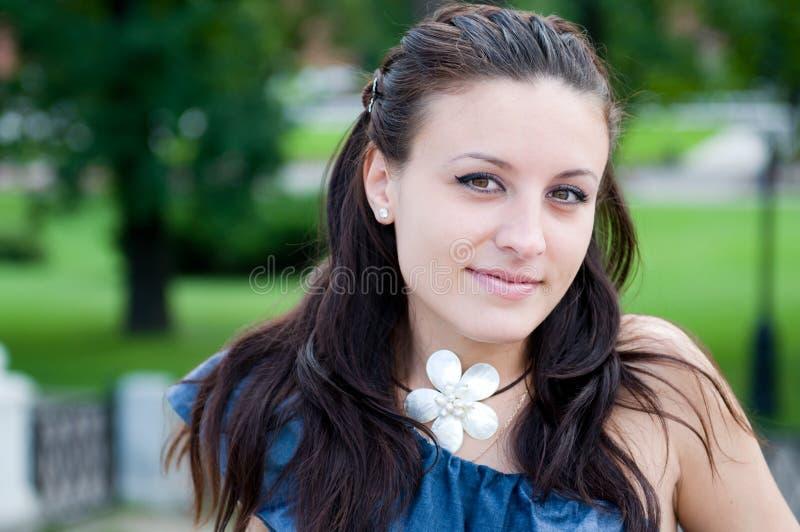 Sonrisa hermosa de la mujer joven imagen de archivo libre de regalías