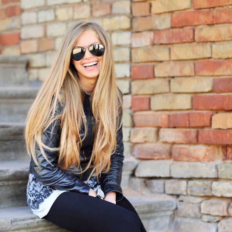 Sonrisa hermosa de la mujer joven fotografía de archivo