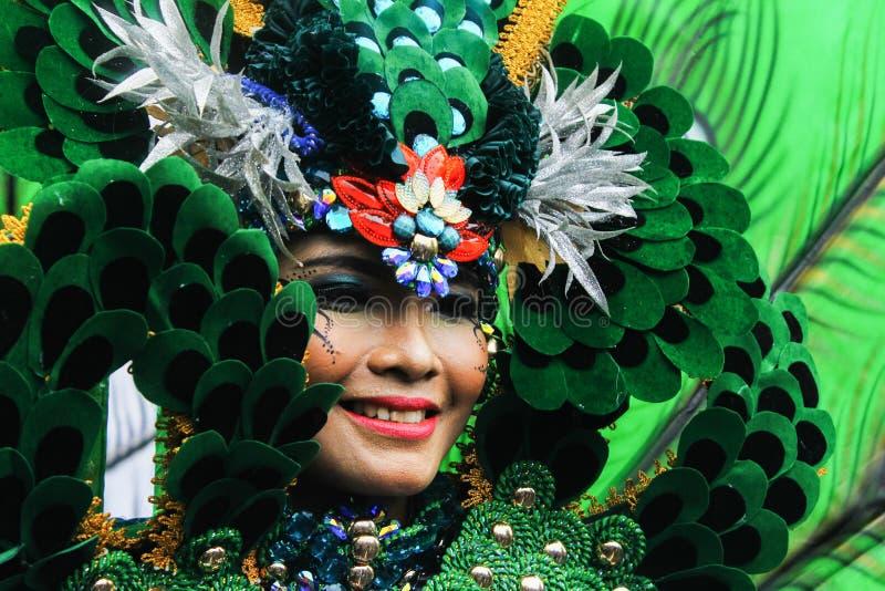 Sonrisa hermosa en pluma verde foto de archivo