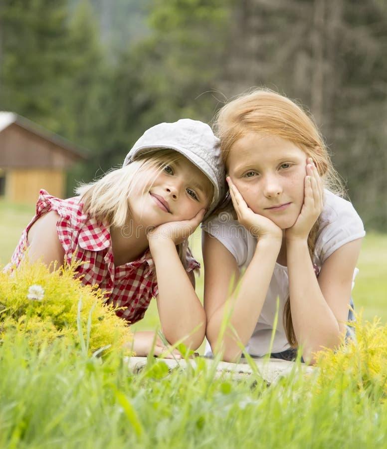 Sonrisa hermosa joven de dos muchachas foto de archivo