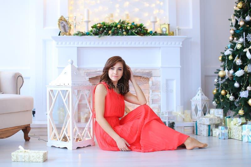 Sonrisa hermosa joven de la muchacha, sentándose en piso cerca de la linterna en s fotografía de archivo libre de regalías