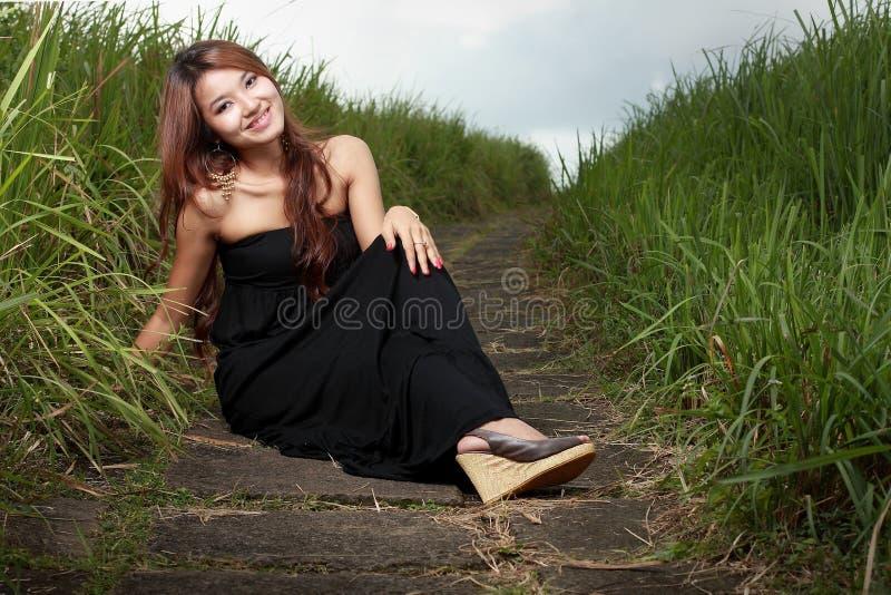 Sonrisa hermosa joven de la mujer al aire libre imagenes de archivo