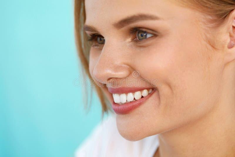 Sonrisa hermosa Mujer sonriente con el retrato blanco de la belleza de los dientes fotos de archivo