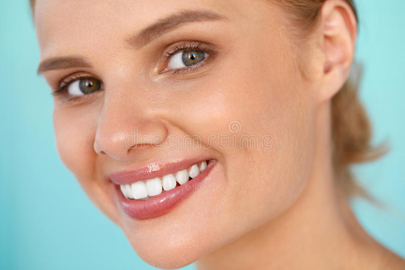 Sonrisa hermosa Mujer sonriente con el retrato blanco de la belleza de los dientes foto de archivo libre de regalías