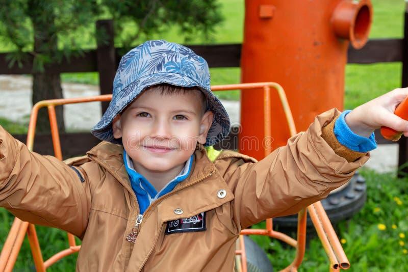 Sonrisa hermosa poco niño en el patio imágenes de archivo libres de regalías