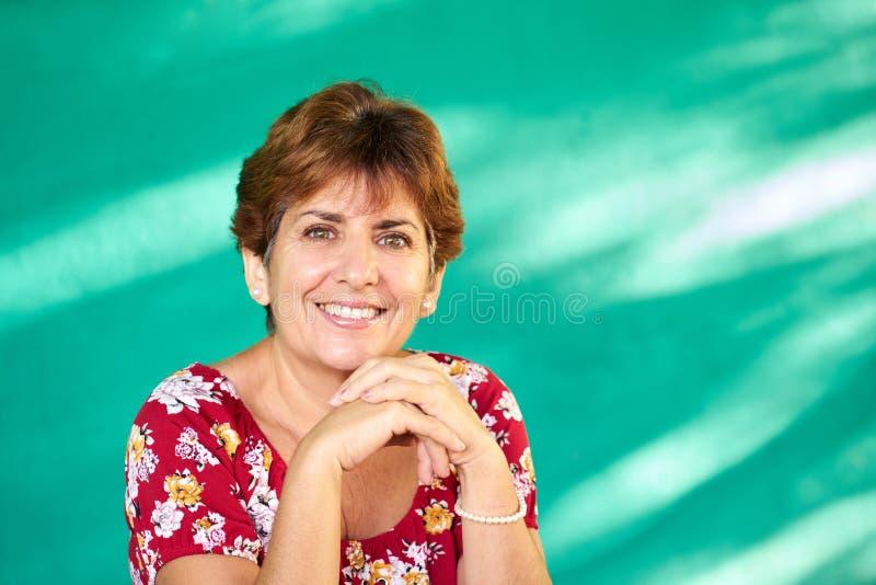 Sonrisa hispánica madura feliz de la mujer del retrato real de la gente imágenes de archivo libres de regalías
