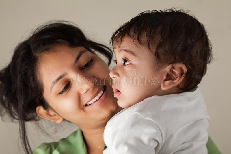 Sonrisa india de la madre y del bebé foto de archivo libre de regalías
